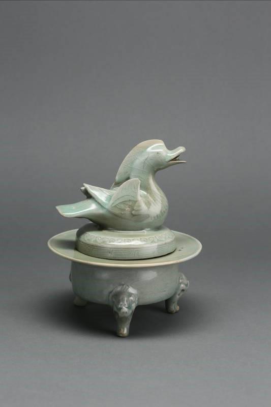 青瓷雕刻鴛鴦蓋香爐